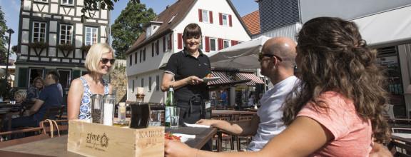 Zwei Frauen und ein Mann beim Mittagessen in Kirchheim unter Teck