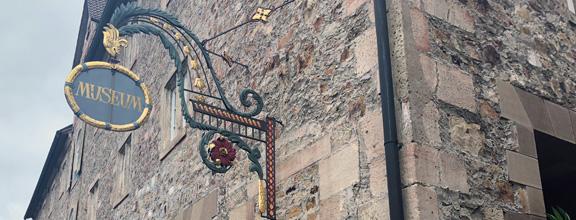 Museumsschild an Hauswand des Kornhauses
