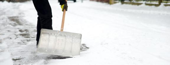 Eine Schneeschaufel im Einsatz