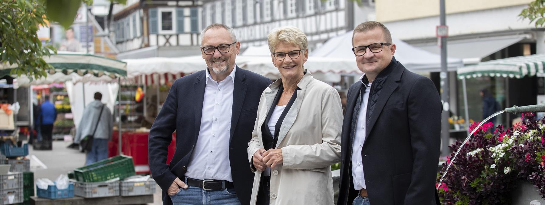 Die Verwaltungsspitze der Stadt Kirchheim unter Teck auf dem Kirchheimer Wochenmarkt. Von links nach rechts sind der Erste Bürgermeister Günter Riemer, Oberbürgermeisterin Angelika Matt-Heidecker und Bürgermeister Stefan Wörner zu sehen.