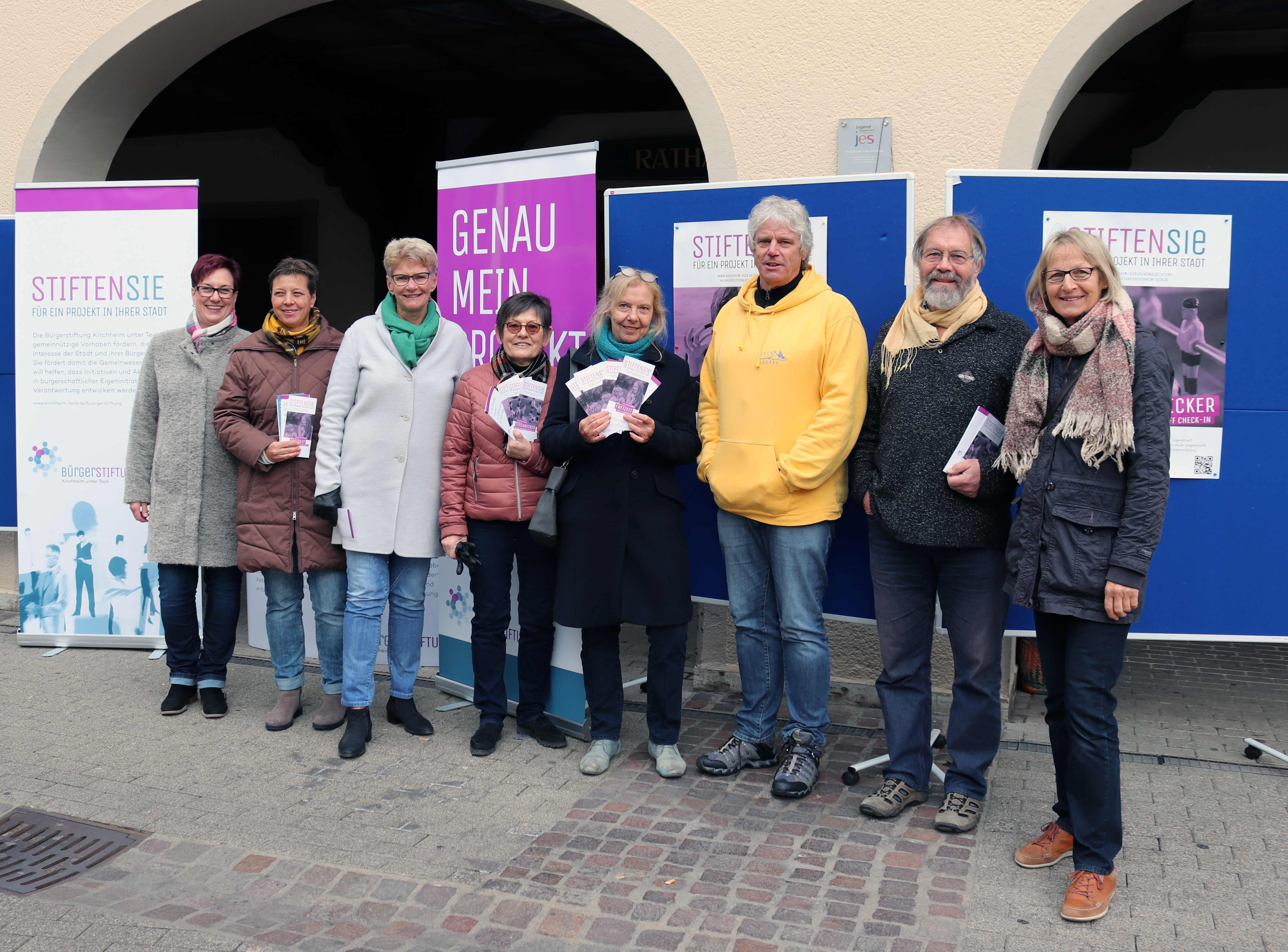 Die Mitglieder des Stiftungsrates der Buergerstiftung und Vertreter der Spenden-Projekte bei der Spenden-Auftaktveranstaltung