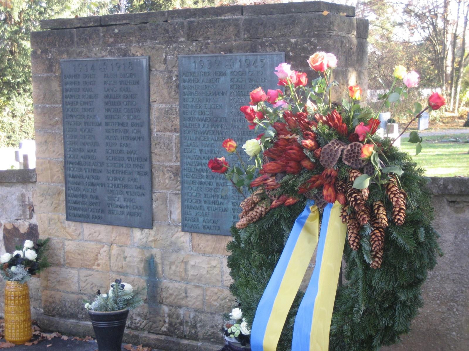Kranz an der Gedenktagel auf dem Friedhof in Ötlingen zum Volkstrauertag am 18.11.2018