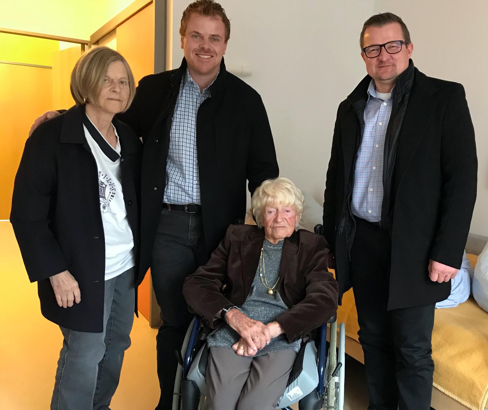 Bürgermeister Stefan Wörner hat Jubilarin Charlotte Kretschmann am 3. Dezember 2018 zum 109. Geburtstag gratuliert. Von links nach rechts sind die Tochter und der Enkelsohn der Jubilarin, Charlotte Kretschmann und Bürgermeister Stefan Wörner zu sehen.