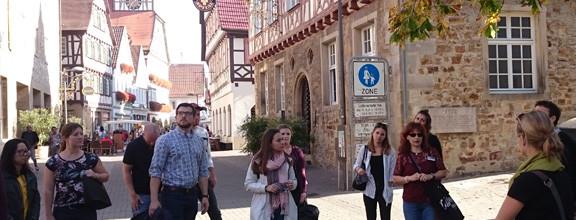 Studierende der HfWU bei einem Stadtrundgang durch die Kirchheimer Innenstadt