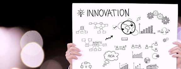 """Man hält ein Schild mit der Beschreibung """"Innovation"""""""