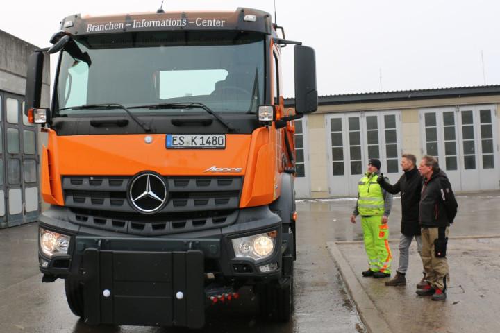 Neuer LKW für den Baubetriebshof. 3 Mitarbeiter der Stadtverwaltung begutachten das neue Fahrzeug