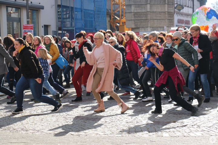 Tanzende Menschen vor dem Kirchheimer Rathaus beim Flashmob gegen Gewalt an Frauen