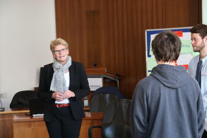 Oberbürgermeisterin Angelika Matt-Heidecker im Gespräch mit Schülern der Freihof-Realschule