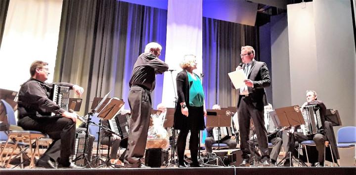 Bürgermeister Stefan Wörner würdigt die Leistungen von Herbert Kielnecker und Claudia Petrov beim Konzert des Akkordeonorchesters vom 30. März in der Kirchheimer Stadthalle