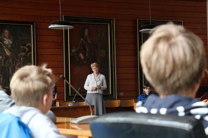 Oberbürgermeisterin Angelika Matt-Heidecker beantwortet die Fragen der Jugendlichen
