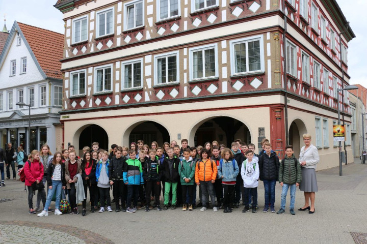 Schülerinnen und Schüler der Freihof-Realschule mit den Gästen aus Kalosca und Oberbürgermeisterin Angelika Matt-Heidecker (rechts)