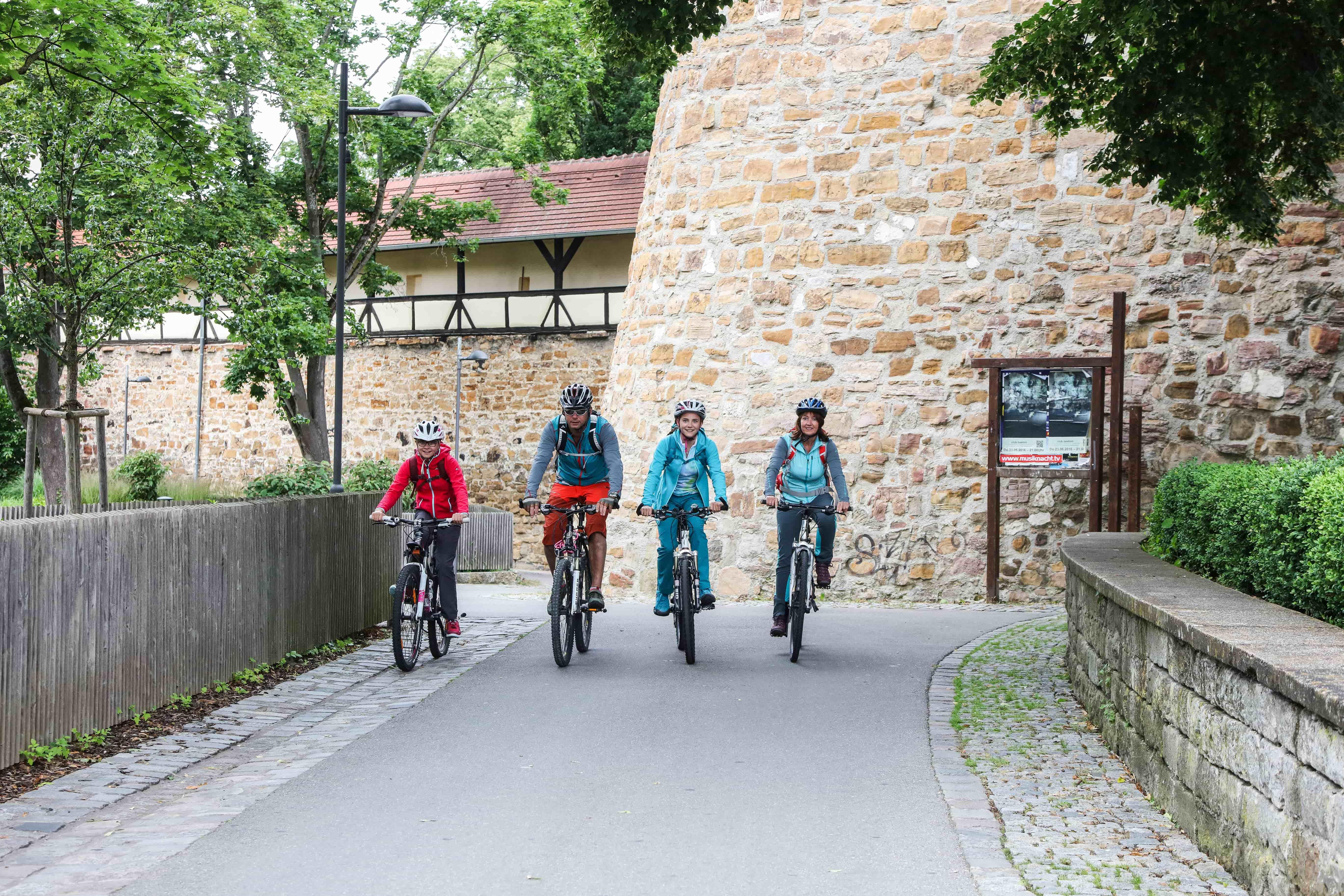 Fahrradfahrer entlang der Kirchheimer Bastion