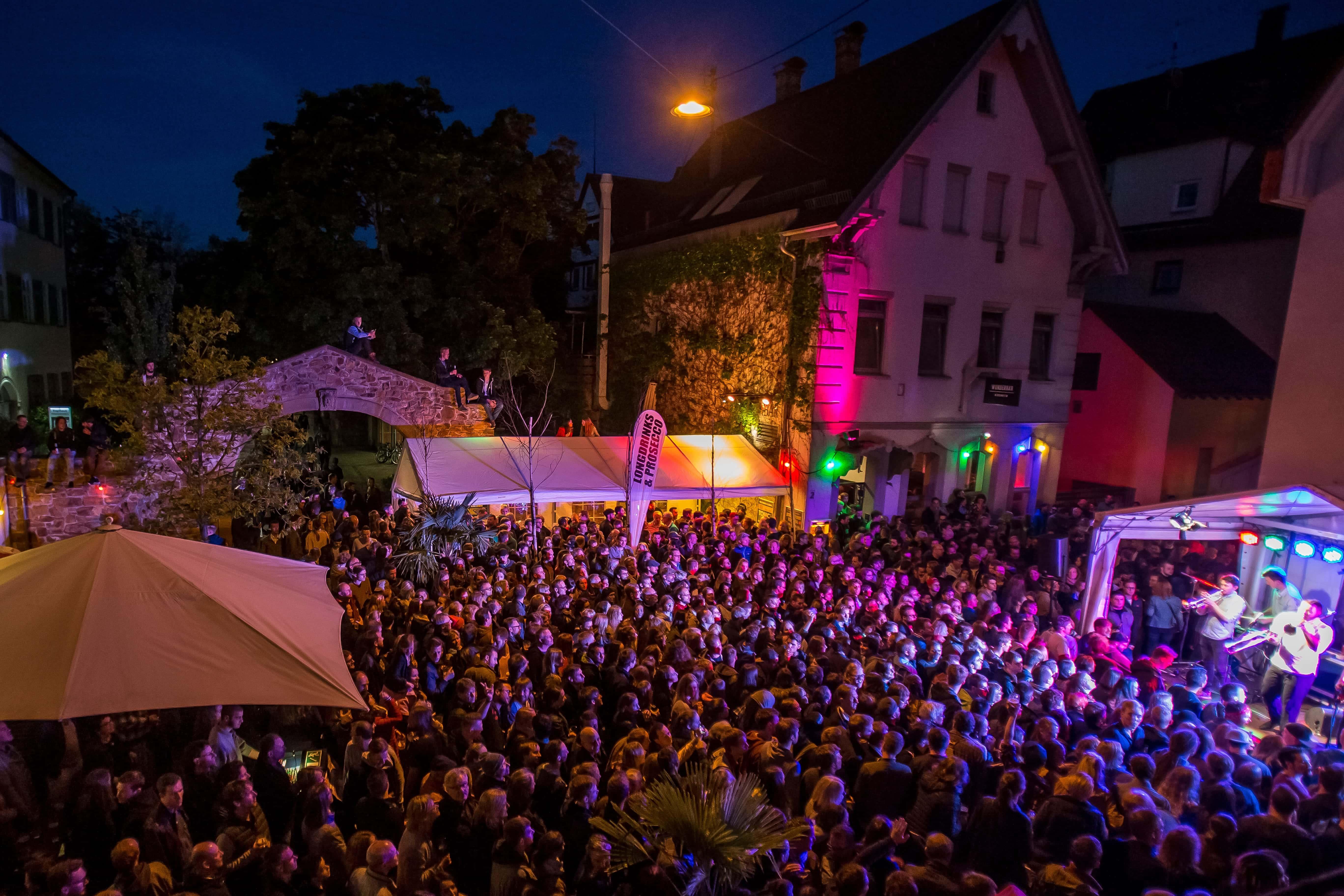 Eine Band auf dem Platz der kleinen Freiheit bei der Kirchheimer Musiknacht