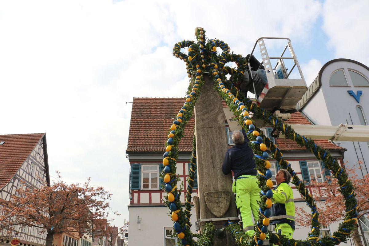 Der städtische Baubetrieb baut gemeinsam mit Mitgliedern des MSSGV des Osterbrunnen auf
