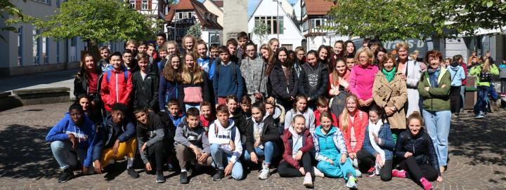 Oberbürgermeisterin Matt-Heidecker mit der französischen Austauschklasse und ihren deutschen Gastgebern beim Gruppenfoto am Marktplatzbrunnen