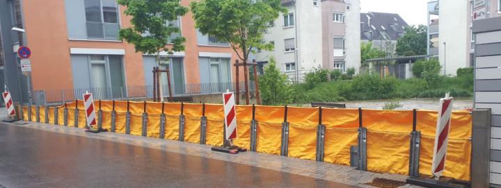 Die gelbe mobile Hochwasserschutzwand am Ufer der Lauter in der Gerberstraße.