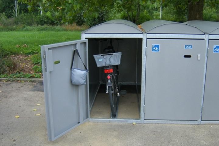 Eine aufgeklappte Fahrradbox mit einem Fahrrad drin
