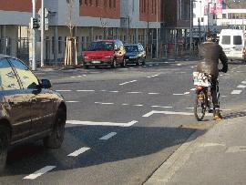 Vorbeifahrstreifen im Kreuzungsbereich Kolbstraße/Schülestraße