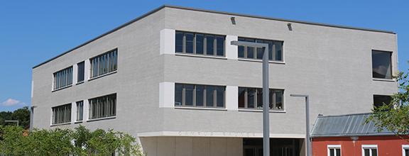 Der Neubau des Campus Rauner bei Sonne
