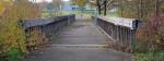 Die marode Holzbrücke am Kirchheimer Stadion in Blickrichtung Fußballplätze und Vereinsheim.