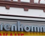 "Schriftzug ""Herrenkommode"" an der Hauswand des ehemaligen Geschäfts"