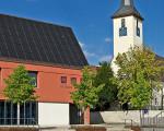 Rathaus in Jesingen mit Kirche
