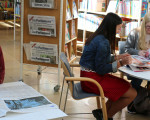 Drei junge Frauen lesen in der Stadtbücherei