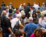Bürgerinnen und Bürger beim Warentauschtag in der Stadthalle