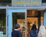Mehrere Personen gehen in den Eingang der Stadtbücherei Kirchheim unter Teck