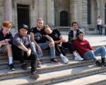 Ein paar der französischen und deutschen Jugendlichen sitzen gemeinsam auf einer Treppe