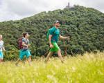 Junge Wandergruppe, wobei im Hintergrund die Burg Teck zu sehen ist
