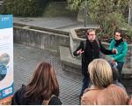 Dr. Frank Bauer erklärt einer Gruppe Lehrern die erste Station vom Pfad der Demokratie