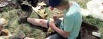 Ein Kind bastelt etwas bei einem Kids-Workshop