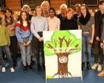 Gruppenfoto: Schüler übergeben gemeinsam mit Kirchheimer Amnesty-Gruppe Menschenrechts-Aufsteller an Oberbürgermeisterin Matt-Heidecker (l.).