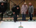 Oberbürgermeisterin Angelika Matt-Heidecker beim Eisstockschießen im Kirchheimer Winterwunderland