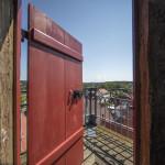 Die Tür auf dem Rathausturm ist geöffnet und ermöglicht einen Blick ins Freie