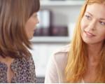 Zwei Frauen im Dialog