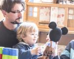 Junge und Erzieher beim Boys'Day in einem Kindergarten