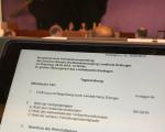 Es ist ein Tablet zu sehen, auf dem die Tagesordnung des Zweckverbandes Breitbandversorgung geöffnet ist.