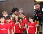 Kinder des Au-Kindergartens warten vor den Kabinen auf die Spieler der Kirchheim Knights um mit ihnen auf das Spielfeld zu laufen.