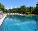 Das Becken des Kirchheimer Freibades bei sommerlichem Wetter