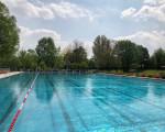 Das Schwimmerbecken im Freibad mit Blick in Richtung Sprungtürme.