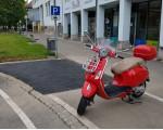 Ein roter Roller steht auf dem Motorrad-Parkplatz an der Tiefgarage Krautmarkt. Im Hintergrund ist die erweiterte Parkfläche zu sehen.