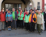 Oberbürgermeisterin Matt-Heidecker gibt vor dem Rathaus den Wimpel zurück an mehrere Mitglieder des Schwäbischen Albvereins.