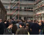 Personen stehen vor dem Lernhaus 2 am Campus Rauner