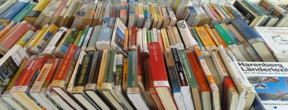 Bücherstapel auf einem Tisch