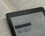 Aufgeschlagenes Buch und eBook-Reader