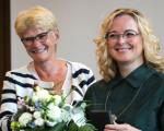 OBerbürgermesiterin Matt-Heidecker übergibt Blumen und die Staufermedaille an Bettina Schmauder.