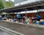 Totalansicht mehrerer Stände beim Garagenflohmarkt