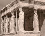 Ein altes Gebäude mit mehreren Säulen aus dem antiken Griechenland
